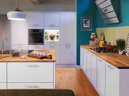 cuisine blanche et bleue stunning cuisine blanche mur bleu canard contemporary lalawgroup