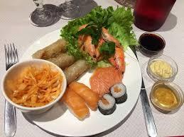 cuisiner sushi cuisiner le chou chinois beau assiette d entrées nem poulet salade