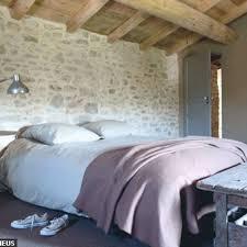 chambre avec mur en chambre avec poutres apparentes côté maison