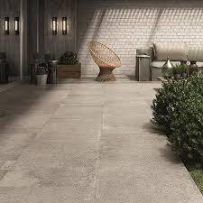 dallage exterieur en pierre naturelle carrelage extérieur aspect pierre naturelle en grès cérame de 2cm