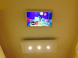 tv a soffitto tv inclinabile attaccata al soffitto foto di bed and breakfast