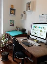 je vais au bureau bienvenue dans mon espace créatif voici mon cher bureau où j ai le
