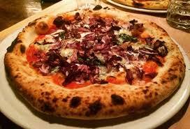 base cuisine pizza napoletana con radicchio basilico e gorgonzola su base rossa