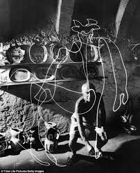 hypnotic photographs capture pablo picasso u0027painting u0027 with light