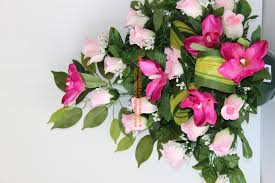 composition florale avec des roses au fil des fleurs 51 pargny sur saulx www des fleurs des cadeaux com