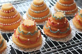 mini wedding cakes delicious dishings strawberries and sparkling rosé mini wedding cakes