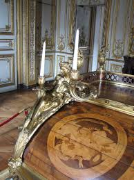 bureau marqueterie file bureau du roi avant droite dé bronze et marqueterie