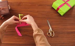 Geschenke Verpacken Schleifen Binden by Geschenk Einpacken Und Schleife Binden Lernen In Der Schleifenschule