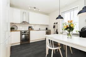 cuisine blanche sol noir cuisine blanche mur jaune photos de design d intérieur et