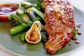 cuisiner le tendron de veau recette de tendron de veau laqué sauce barbecue oignons nouveaux