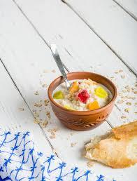 cuisine fond blanc farine d avoine cuite de gruau dans une cuvette sur le fond blanc