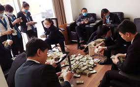 bmw payment pays 100 000 yuan in one yuan notes as payment
