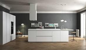 cuisine blanche mur gris cuisine moderne blanche avec îlot en 83 idées inspirantes