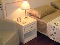 chambre pour une nuit clear table de nuit pour chambre d hôtel by mobilspazio