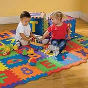 tappeti puzzle bambini sostanze tossiche sotto accusa i tappetini puzzle per bimbi