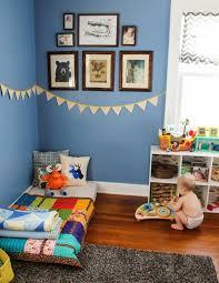 sol chambre enfant idée déco chambre enfant mur couleur bleue deco murale lit bébé