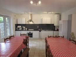 location salle avec cuisine salle à manger avec cuisine équipée gîtes les 4 saisons