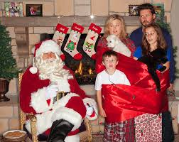 pregnant kelly clarkson and her family pose in bizarre chriistmas