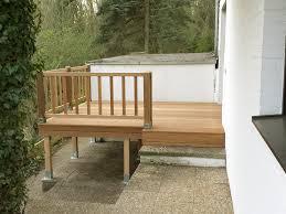 balkon und terrasse bangkirai balkon terrasse mit höhenausgleich und geländer die