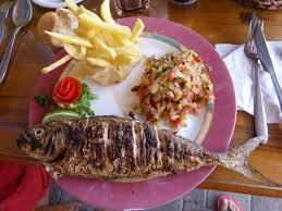 cuisine tunisienne poisson le plat de poisson grillé au feu de bois photo de le petit