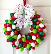 balloon wreath now that s a really clever variation of a christmas balloon