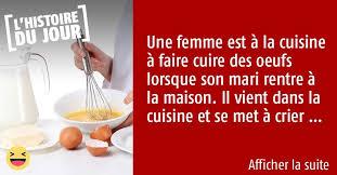 la cuisine des femmes une femme est dans la cuisine et est en de cuire des oeufs