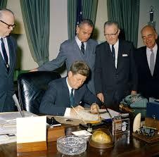 president jfk signs hr 6169 in the oval office 1961 jfk pinterest