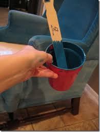 peinture pour tissus canapé débrouille votre vieux fauteuil en tissu est taché repeignez le