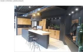 cuisiniste à domicile cuisine en bois et laque épurée contemporaine avec ilot