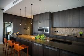 wohnideen dunklem grund wohnideen küchenstil modern dunkles holz orange barhocker küche