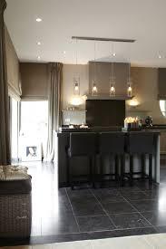 luxe keuken met keukeneiland met design verlichting interieur