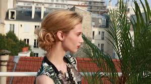 comment cuisiner les chignons frais coiffure 5 idées de chignons faciles pour le bureau madame figaro