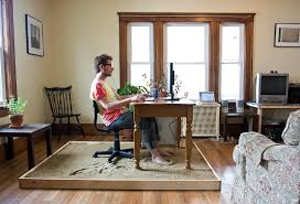 le de bureau sur pied un graphiste travaille les pieds dans le au bureau golem13