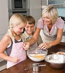 cuisiner avec ses enfants cuisinez avec vos enfants et initiez les à ce plaisir ludique et