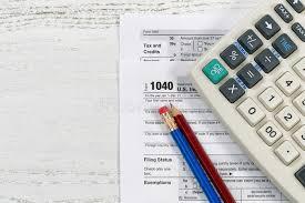 bureau d impot feuilles d impôt sur le bureau photo stock image du calculatrice