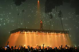 All Of The Lights Kanye West Kanye West Lights It Up Lets Crowd Do The Talking At Fourth Forum
