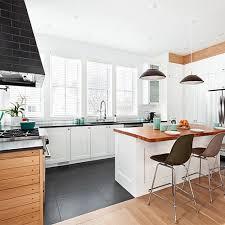 lambris pour cuisine cuisine au goût nordique lignes épurées lumière naturelle et lambris