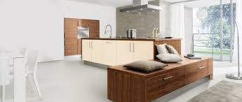 cuisine blanc et noyer cuisine intégrée alva noyer et blanc magnolia idée de décoration