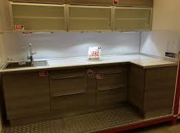 cuisine en angle evier angle armoire de cuisine blanche parquete bois sombre