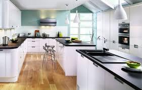 verblüffend küchen mit weißen schränken und schwarzen arbeitsplatten