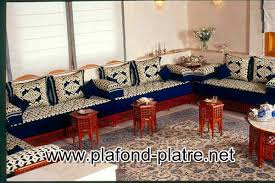 salon marocain arabe avec canapés et tables plafond platre