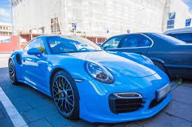 blue porsche 911 sostinės gatves papuošė netradicinės spalvos itin galingas