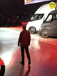 在现场看特斯拉卡车和电动超跑是一种怎样的体验