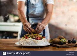 glacer en cuisine femme dans une cuisine de style cottage le tamisage du sucre à