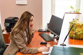 le bureau fille la secrétaire de fille travaille dans le bureau beaucoup de parler