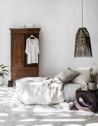 la chambre blanche une chambre blanche réveillé par des éléments en bois foncé la