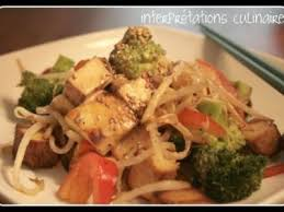 cuisiner tofu fumé poêlée de tofu fumé halloumi et sauce satay recette ptitchef