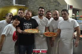 si e med grande festa a piazza mercato la pizzeria popolo inaugura la