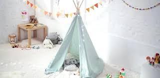 création déco chambre bébé creer deco chambre bebe une etoffe bleue pour fabriquer un tipi un