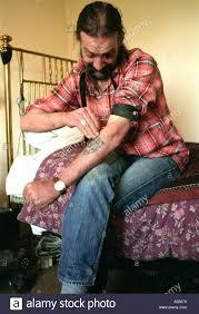 chambre d injection héroïnomane dans sa chambre d injection dans le bras banque d images